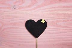 Coração-quadro-negro vazio no fundo de madeira cor-de-rosa Espaço para o texto Imagens de Stock