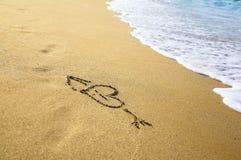 ?Coração? que desenha na areia Foto de Stock