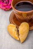Coração quebrado, cookies, cor-de-rosa e café Fotografia de Stock