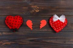 Coração quebrado no fundo de madeira rústico da tabela foto de stock royalty free