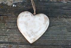 Coração rústico no fundo de madeira Fotografia de Stock Royalty Free