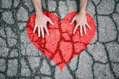 Coração rachado com mãos humanas Imagens de Stock Royalty Free
