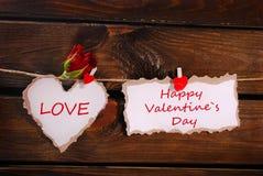 Coração rasgado e cartão de papel que penduram na parede de madeira Fotos de Stock Royalty Free