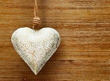 Coração romântico do vintage no fundo de madeira com testes padrões Imagem de Stock