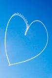 Coração romântico escrito no céu por um avião Fotos de Stock Royalty Free