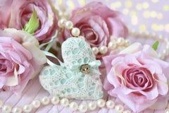 Coração, rosas e pérolas como símbolos do amor Foto de Stock Royalty Free