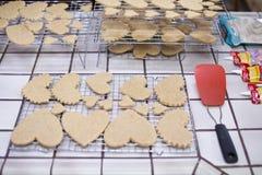 Coração Sugar Cookies dos Valentim na cozinha com espátula imagem de stock