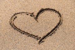 Coração tirado na areia do oceano Imagem de Stock