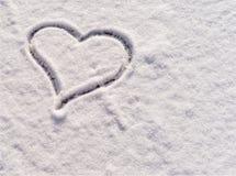 Coração tirado na neve como um fundo para o cartão Fotos de Stock