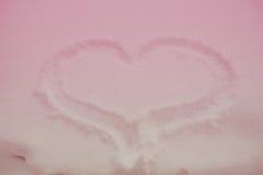 Coração tirado na neve em um rosa matizada Foto de Stock Royalty Free