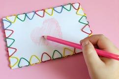 Coração verde estilizado da ilustração do vetor A mão das crianças com um lápis imagens de stock
