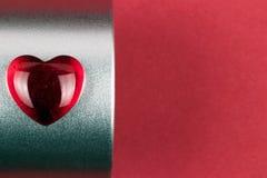 Coração vermelho à moda na caixa como um presente do Valentim imagens de stock