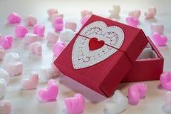 Coração vermelho caixa de presente dada forma Fotos de Stock Royalty Free