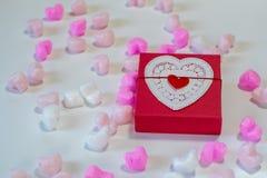 Coração vermelho caixa de presente dada forma Foto de Stock
