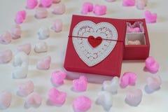 Coração vermelho caixa de presente dada forma Imagens de Stock
