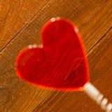 Coração vermelho claro borrado na mola de bobina Fundo de madeira rústico Vista angular Dia de Valentim de Saint, cartão do amor, fotografia de stock