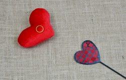 Coração vermelho com anel de ouro Fotos de Stock Royalty Free