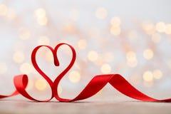 Coração vermelho com fita Fundo do dia de Valentim foto de stock royalty free