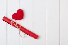 Coração vermelho com letra bonita no fundo de madeira branco Cartões do dia de Valentim Foto de Stock