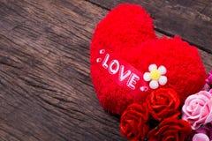Coração vermelho com palavra e rosas do amor Foto de Stock