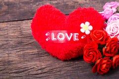 Coração vermelho com palavra e rosas do amor Fotos de Stock Royalty Free