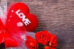 Coração vermelho com palavra e rosas do amor Foto de Stock Royalty Free