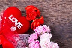 Coração vermelho com palavra e rosas do amor Imagens de Stock Royalty Free