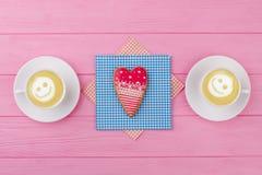 Coração vermelho cookie dada forma no guardanapo Imagem de Stock