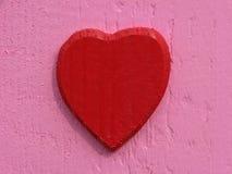 Coração vermelho, coração de madeira imagem de stock