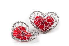 Coração vermelho da tela na gaiola feita malha do fio Imagens de Stock Royalty Free