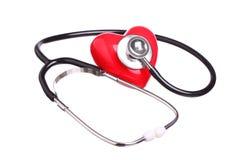 Coração vermelho da verificação do estetoscópio isolado no branco Foto de Stock