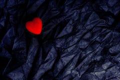 Coração vermelho da vista superior no fundo preto enrugado da textura O dia de Valentim e conceito felizes do amor Cartão românti imagem de stock royalty free