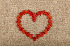 Coração vermelho dado forma costurando botões na lona fotografia de stock