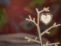 Coração vermelho de incandescência na árvore de brilho imagens de stock