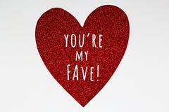 Coração vermelho do brilho com mensagem do Valentim no fundo branco Foto de Stock
