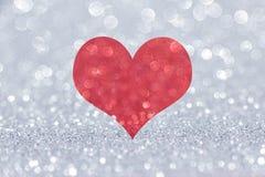 Coração vermelho do brilho no fundo de prata foto de stock