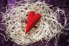 Coração vermelho do brinquedo e cartão vazio na palha fotos de stock