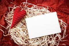 Coração vermelho do brinquedo e cartão vazio na palha imagem de stock royalty free