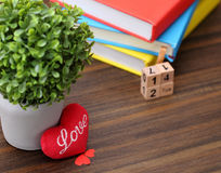 Coração vermelho do dia de Valentim com os livros coloridos na madeira velha holida Imagens de Stock Royalty Free
