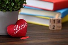 Coração vermelho do dia de Valentim com os livros coloridos na madeira velha holida Foto de Stock Royalty Free