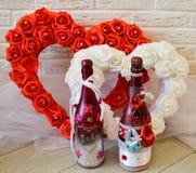 Coração vermelho e branco com rosas Duas garrafas caseiros do champagn fotos de stock royalty free