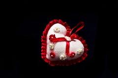 Coração vermelho e branco no fundo preto fotografia de stock royalty free
