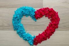 Coração - vermelho e coração azul dado forma, espaço dos confetes da cópia fotografia de stock