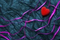 Coração vermelho e fitas roxas com fundo branco da textura de Dot Pattern On Wrinkled Black da polca Dia e amor felizes do ` s do fotografia de stock