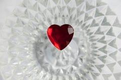 Coração vermelho em um fundo de cristal iluminado Foto de Stock Royalty Free