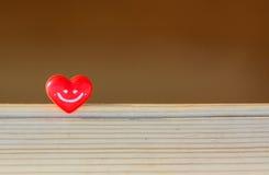 Coração vermelho em um fundo de madeira foto de stock royalty free