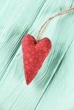 Coração vermelho em um fundo de madeira da hortelã Fotos de Stock Royalty Free
