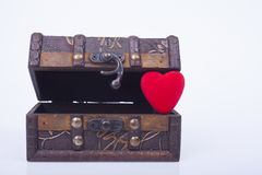 Coração vermelho em uma caixa de madeira Foto de Stock