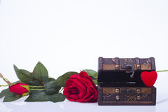 Coração vermelho em uma caixa de madeira e rosas vermelhas Fotografia de Stock Royalty Free