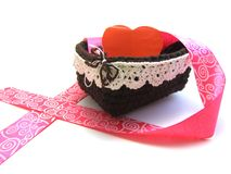 Coração vermelho em uma cesta com fita cor-de-rosa Fotografia de Stock Royalty Free
